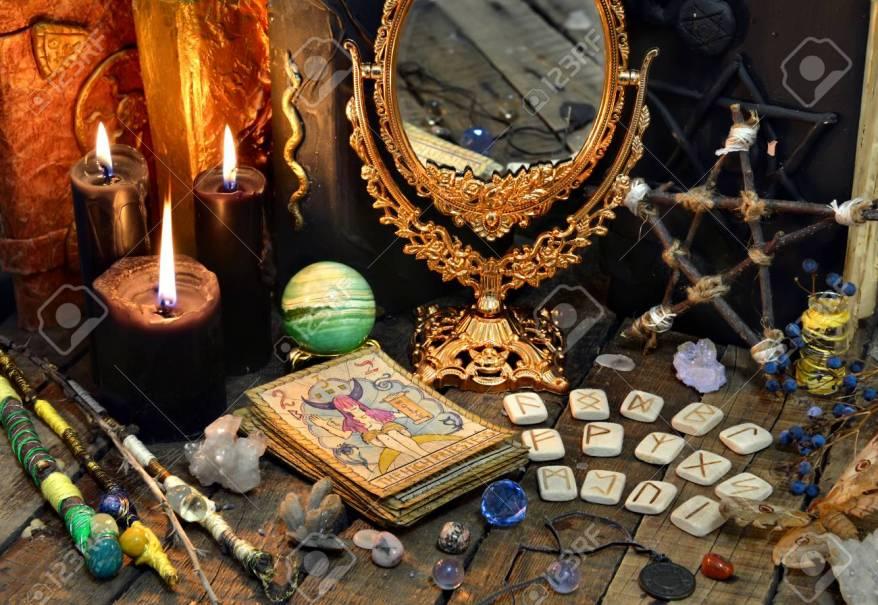 https://fr.123rf.com/photo_91337009_cartes-de-tarot-baguettes-magiques-runes-bougies-noires-avec-miroir-et-vieux-livre-concept-occulte-%C3%A9so.html